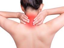 Vrouw die aan halspijn lijden die de pijnlijke hals van de handmassage gebruiken stock afbeelding