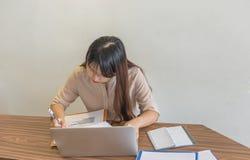 Vrouw die aan het document werken royalty-vrije stock foto's