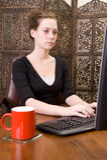 Vrouw die aan het toetsenbord en de muis van PC werkt. Stock Afbeelding