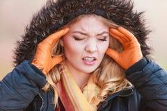 Vrouw die aan hoofdpijnpijn lijden koude Stock Afbeeldingen