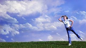 Vrouw die aan horizont kijkt Stock Fotografie