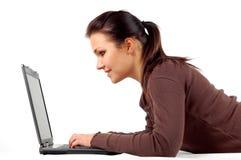 Vrouw die aan laptop #14 werkt Stock Foto