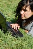 Vrouw die aan laptop #7 werken royalty-vrije stock fotografie