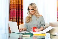Vrouw die aan laptop thuis werken Royalty-vrije Stock Foto