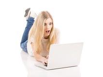 Vrouw die aan laptop werken royalty-vrije stock fotografie