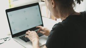 Vrouw die aan laptop werken thuis meer interier