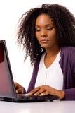 Vrouw die aan laptop werkt royalty-vrije stock foto's
