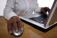 Vrouw die aan laptop werkt Royalty-vrije Stock Fotografie