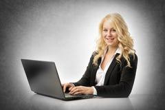 Vrouw die aan laptop werkt Stock Foto's