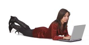 Vrouw die aan laptop werkt Royalty-vrije Stock Afbeeldingen