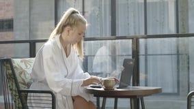 Vrouw die aan laptop werkt stock footage