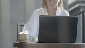 Vrouw die aan laptop werkt stock video