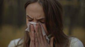 Vrouw die aan lopende neus lijden, die immuniteit met begin van koude breuk verminderen stock videobeelden