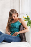 Vrouw die aan maagklemmen lijden Stock Afbeelding