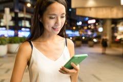 Vrouw die aan mobiele telefoon werken Royalty-vrije Stock Foto