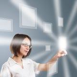 Vrouw die aan moderne technologie werkt vector illustratie
