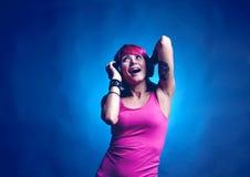 Vrouw die aan muziek danst Stock Afbeelding