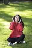 Vrouw die aan muziek luisteren Royalty-vrije Stock Foto