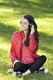 Vrouw die aan muziek luisteren Royalty-vrije Stock Afbeelding