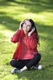 Vrouw die aan muziek luisteren Stock Fotografie