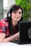Vrouw die aan muziek luisteren Stock Foto's