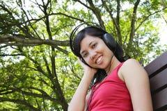 Vrouw die aan muziek luistert Royalty-vrije Stock Afbeeldingen