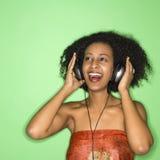 Vrouw die aan muziek luistert. stock foto's