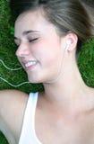 Vrouw die aan Muziek luistert Stock Afbeelding
