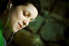 Vrouw die aan muziek luistert Royalty-vrije Stock Foto's