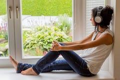 Vrouw die aan muziek luistert stock foto's