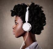 Vrouw die aan muziek luistert royalty-vrije stock foto