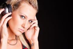 Vrouw die aan muziek luistert Stock Fotografie