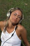 Vrouw die aan muziek luistert openlucht Royalty-vrije Stock Fotografie