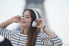 Vrouw die aan muziek op hoofdtelefoons luistert Royalty-vrije Stock Foto's