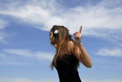 Vrouw die aan oortelefoons luistert Royalty-vrije Stock Afbeeldingen