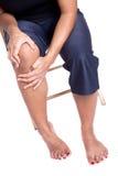 Vrouw die aan pijn in kne lijdt stock foto