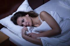 Vrouw die aan slapeloosheid lijden Stock Afbeeldingen