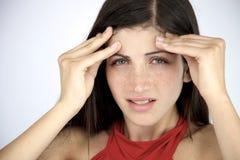 Vrouw die aan sterke migraine in de ochtend zonder make-up lijden Stock Afbeeldingen