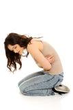 Vrouw die aan strenge pijn in haar buik lijden Royalty-vrije Stock Foto's
