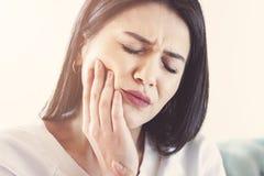 Vrouw die aan tandpijn, tandbederf of gevoeligheid lijden royalty-vrije stock fotografie