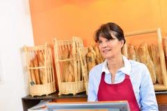 Vrouw die aan tot in bakkerij werken stock fotografie