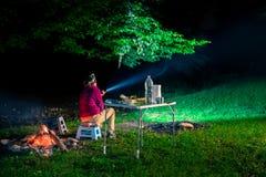 Vrouw die in aard kamperen Royalty-vrije Stock Afbeelding