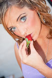 Vrouw die aardbei eet Royalty-vrije Stock Afbeelding