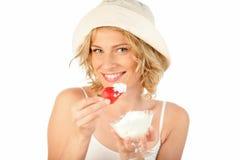 Vrouw die aardbei met room eet stock afbeeldingen