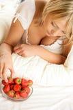 Vrouw die aardbei met room eet Royalty-vrije Stock Foto