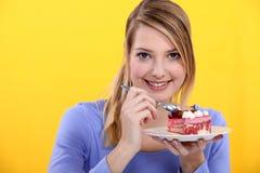 Vrouw die aardbeicake eten Royalty-vrije Stock Foto's