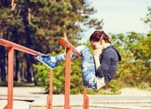 Vrouw die abs oefeningen buiten doen Royalty-vrije Stock Afbeelding