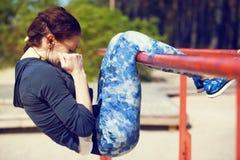 Vrouw die abs oefeningen buiten doen Stock Afbeeldingen