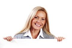 Vrouw die achter document wordt verborgen Royalty-vrije Stock Foto