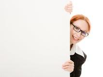 Vrouw die achter een wit blad van document wordt verborgen stock afbeeldingen
